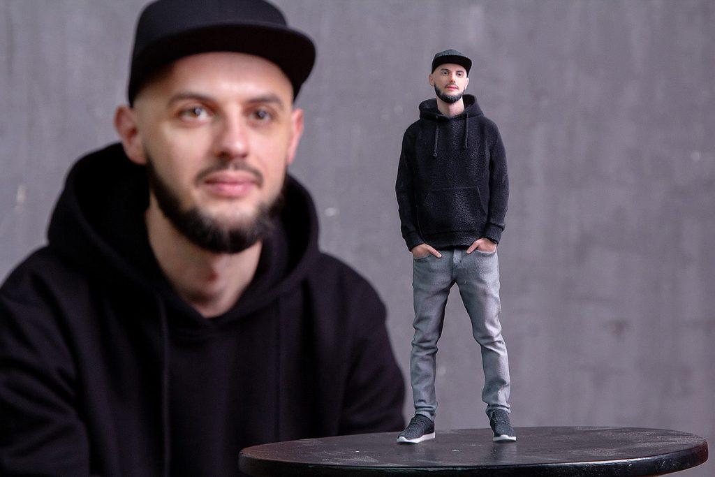 3D-Figur eines Mannes in einer Kappe