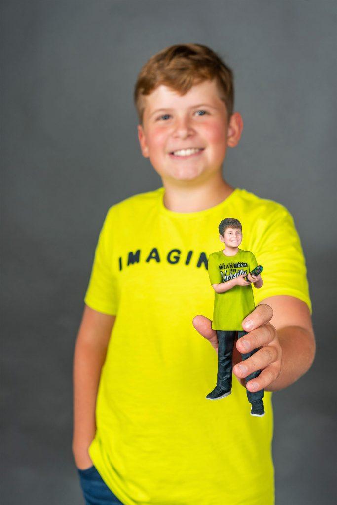 3d Figur eines Jungen in Gelb