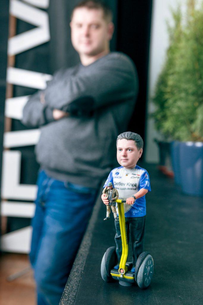 3D-Figur eines Mannes auf einem Hoverboard
